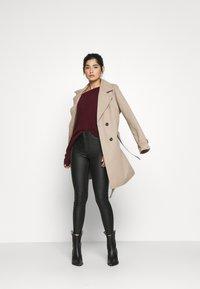 Vero Moda Petite - VMJOY SKINNY TAPERED COATED PET - Jeans Skinny Fit - black - 1