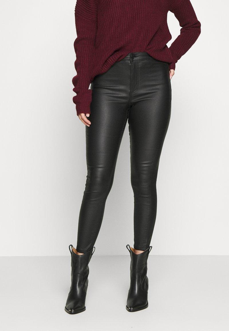 Vero Moda Petite - VMJOY SKINNY TAPERED COATED PET - Jeans Skinny Fit - black