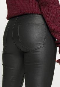 Vero Moda Petite - VMJOY SKINNY TAPERED COATED PET - Jeans Skinny Fit - black - 4