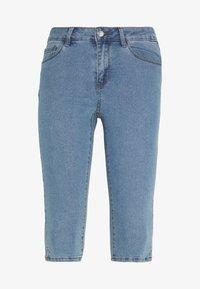 Vero Moda Petite - VMHOT SEVEN SLIT KNICKER - Jeans Shorts - light blue denim - 0