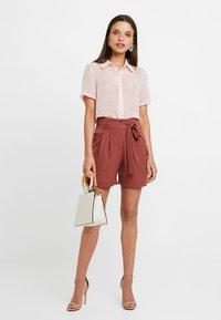 Vero Moda Petite - VMSELINA - Shorts - mahogany - 1