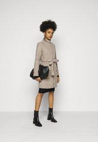 Vero Moda Petite - VMCLASSBESSY JACKET - Classic coat - sepia tint/melange - 1