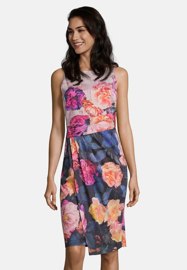 MIT PRINT - Shift dress - patch blue/pink