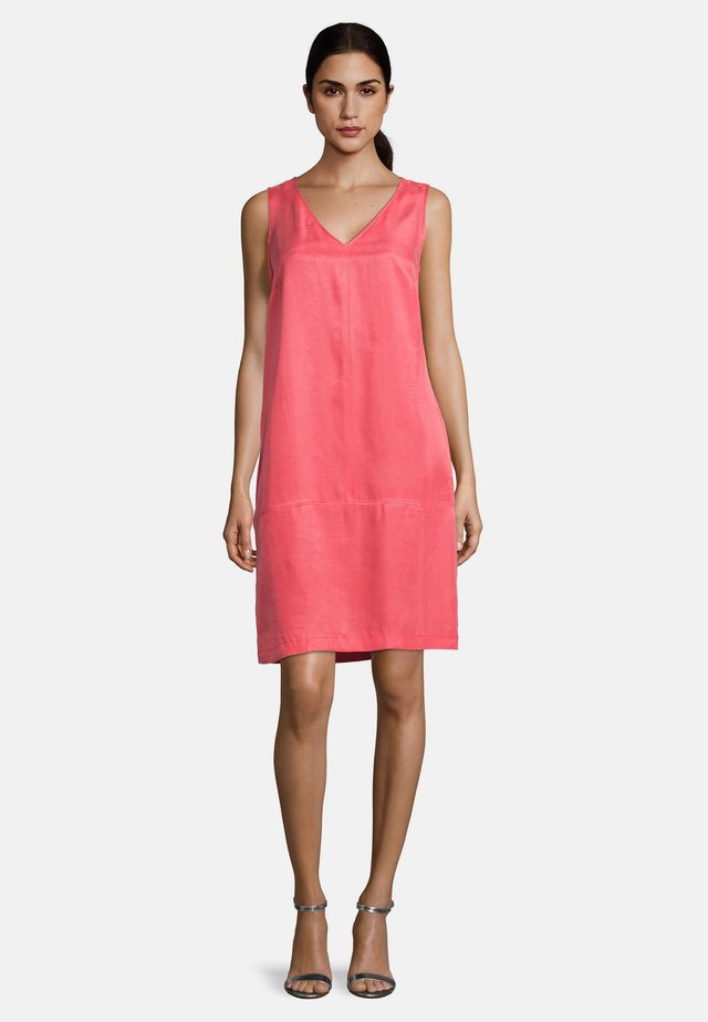 VERA MONT GERADER SCHNITT - Day dress - coral red