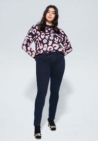 Violeta by Mango - SLIM FIT JEANS SUSAN - Slim fit jeans - diep donkerblauw - 1