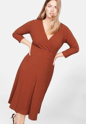 HILDA - Gebreide jurk - brownish orange