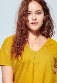 Violeta by Mango - BEGO - T-shirts print - mosterd - 3