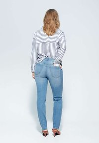 Violeta by Mango - SUSAN - Jeansy Slim Fit - medium blue - 2