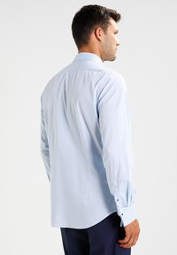 VON FLOERKE - SHINOSBUS SLIM FIT - Business skjorter - hellblau - 2