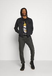 Volé la lumière - RHINESTONE KING SKULL - Print T-shirt - black - 1