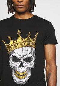 Volé la lumière - RHINESTONE KING SKULL - Print T-shirt - black - 5