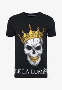 Volé la lumière - RHINESTONE KING SKULL - Print T-shirt - black - 4