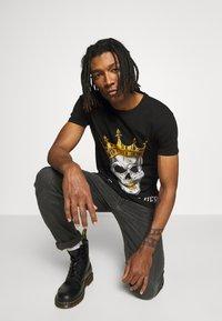 Volé la lumière - RHINESTONE KING SKULL - Print T-shirt - black - 3