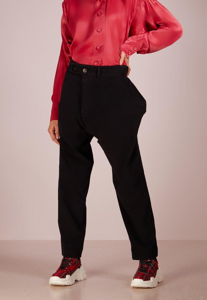 Vivienne Westwood Anglomania - ALCOHOLIC TROUSERS - Kalhoty - black