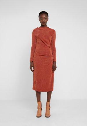 TAXA DRESS - Vestito di maglina - rust