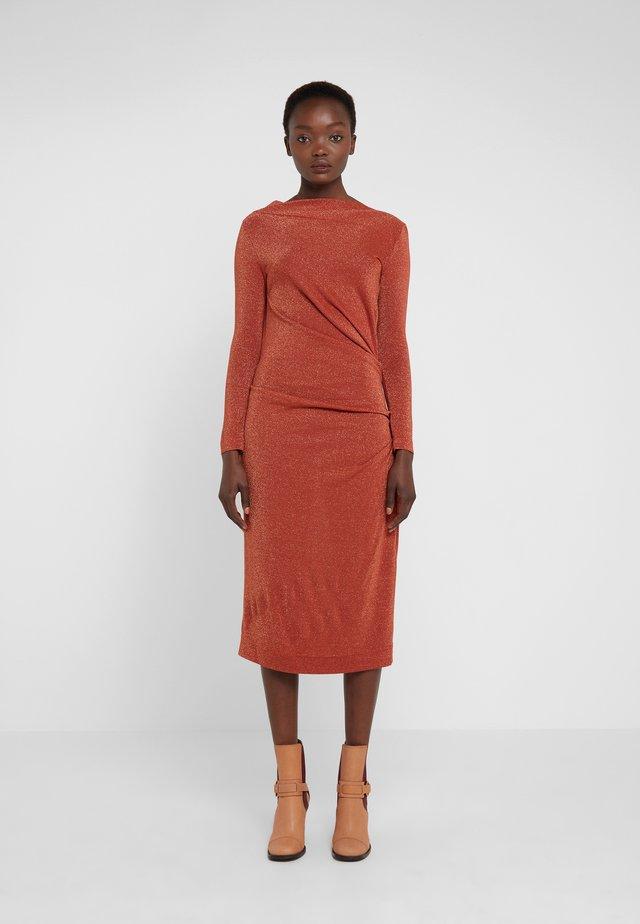 TAXA DRESS - Sukienka z dżerseju - rust