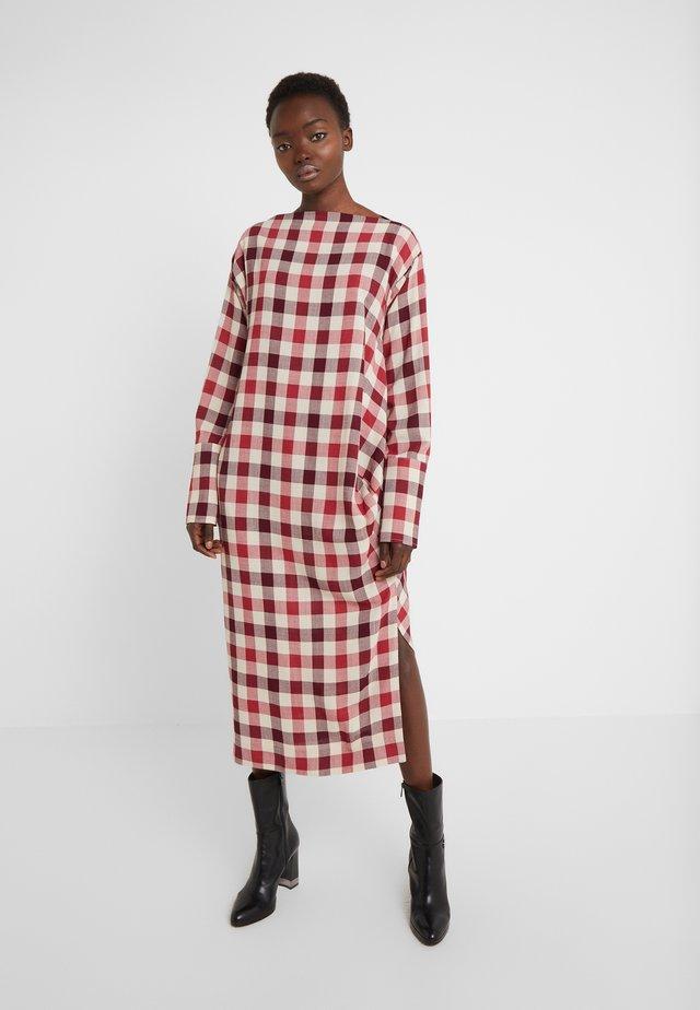 BOXY FARRITA DRESS - Sukienka letnia - beige/fuchsia