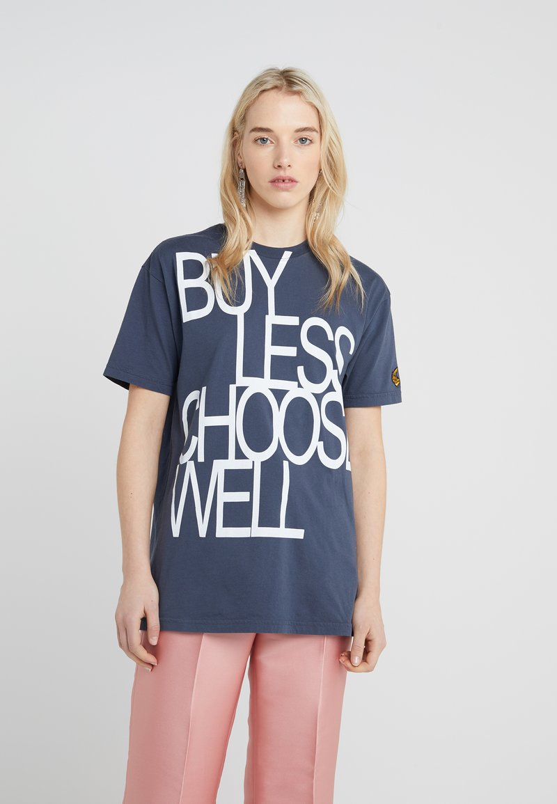 Vivienne Westwood Anglomania - BOXY BUY LESS CHOOSE WELL - T-shirt z nadrukiem - anthracite