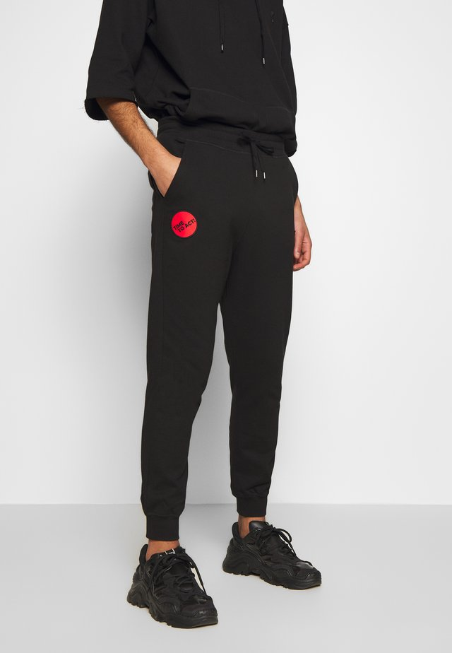 CLASSIC TRACKSUIT BOTTOMS TIME TO ACT - Verryttelyhousut - black