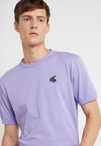 Vivienne Westwood Anglomania - NEW CLASSIC BADGE - T-Shirt basic - lilac - 4
