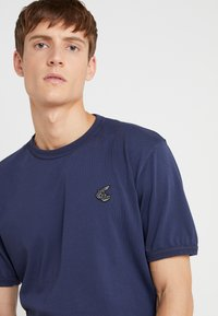 Vivienne Westwood Anglomania - NEW CLASSIC BADGE - T-Shirt basic - navy - 4
