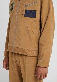 Vivienne Westwood Anglomania - FACTORY JACKET - Leichte Jacke - beige - 3