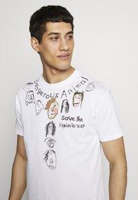 Vivienne Westwood - DANGERO CLASSIC - T-shirt con stampa - white - 3