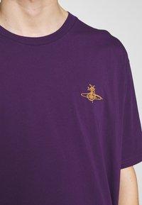 Vivienne Westwood - OVERSIZE - Jednoduché triko - purple - 5