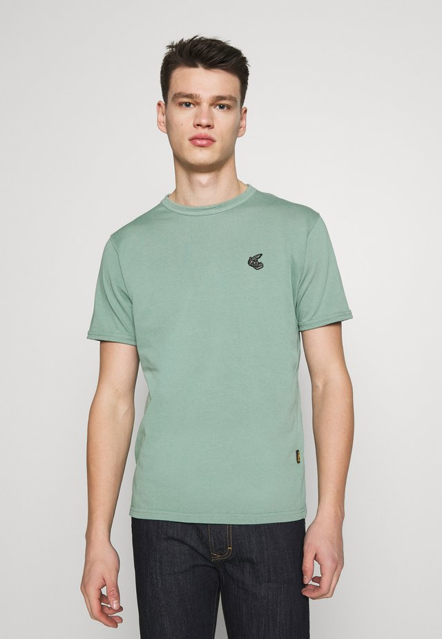 NEW CLASSIC BADGE - Basic T-shirt - light green