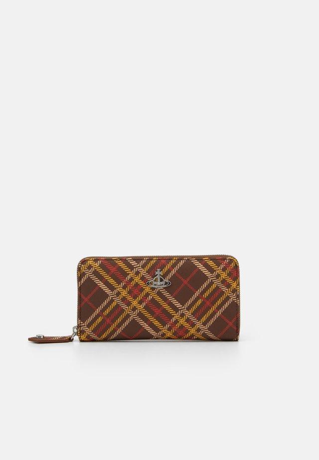 DERBY CLASSIC ZIP ROUND WALLET - Lompakko - brown/tartan