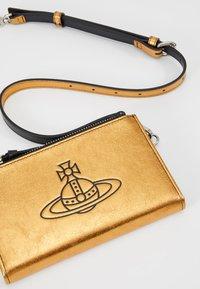 Vivienne Westwood - ANNA PHONE WALLET BUMBAG - Heuptas - gold - 7