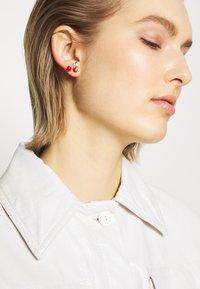 Vivienne Westwood - MISTY EARRINGS - Earrings - red/green/gold-coloured - 1