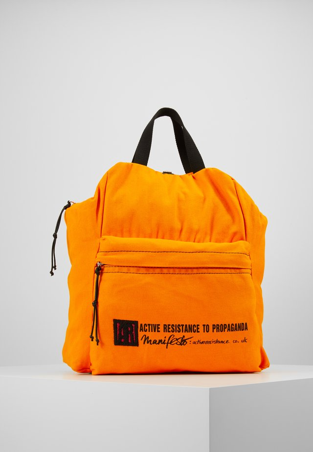 MANIFESTO RUCKSACK - Sac à dos - orange