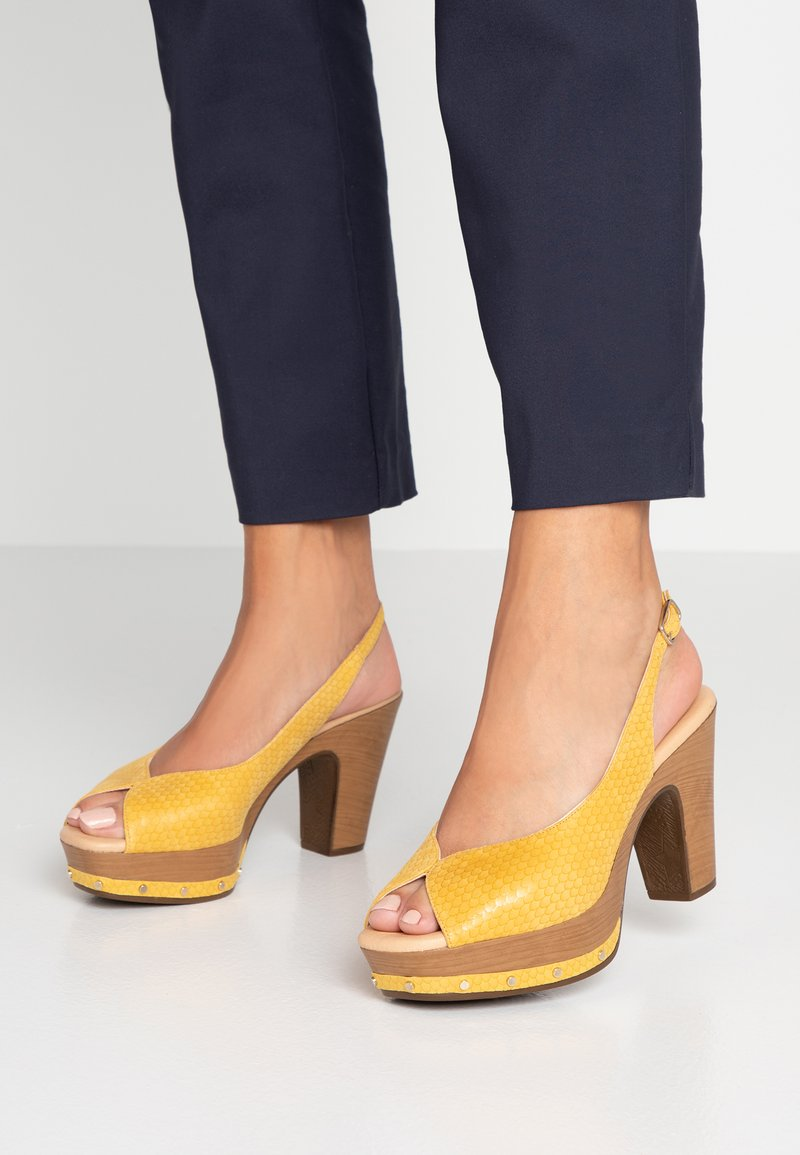Weekend by Pedro Miralles - Mules à talons - amarillo