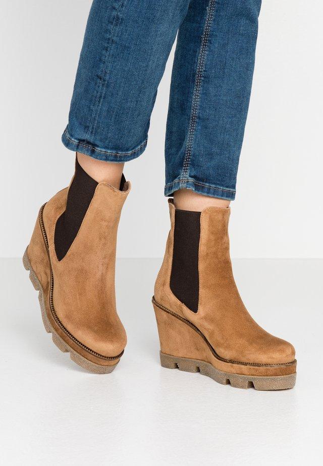 Kotníková obuv na vysokém podpatku - camel