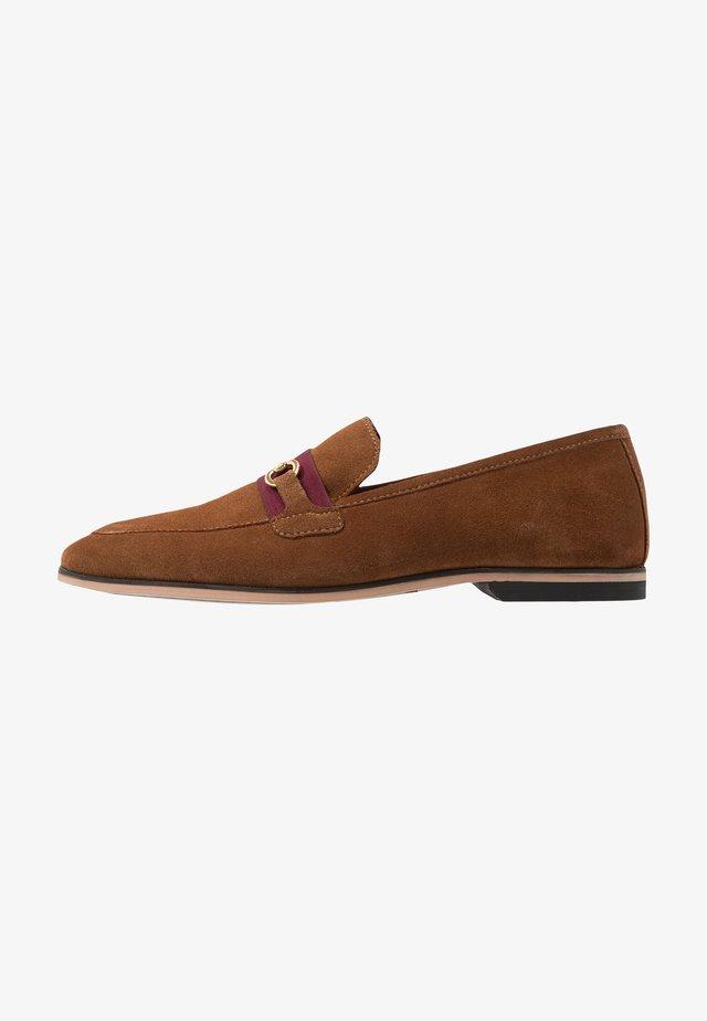 RAPHAEL  - Elegantní nazouvací boty - tan/burgundy