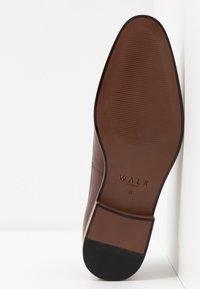 Walk London - HOUSTON TOE CAP - Eleganckie buty - brown - 4
