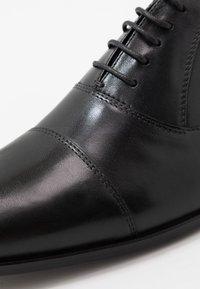 Walk London - HOUSTON TOE CAP - Stringate eleganti - black - 5