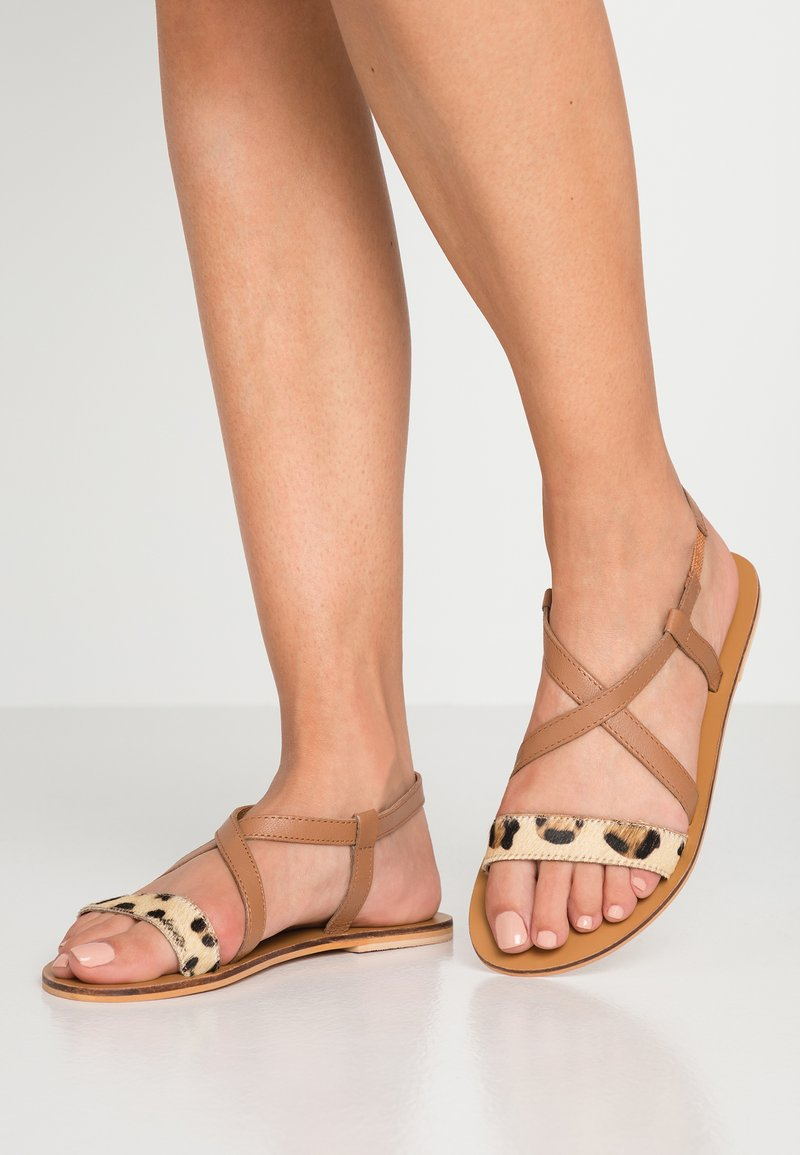 Warehouse - CONTRAST CROSS OVER - Sandalias - brown