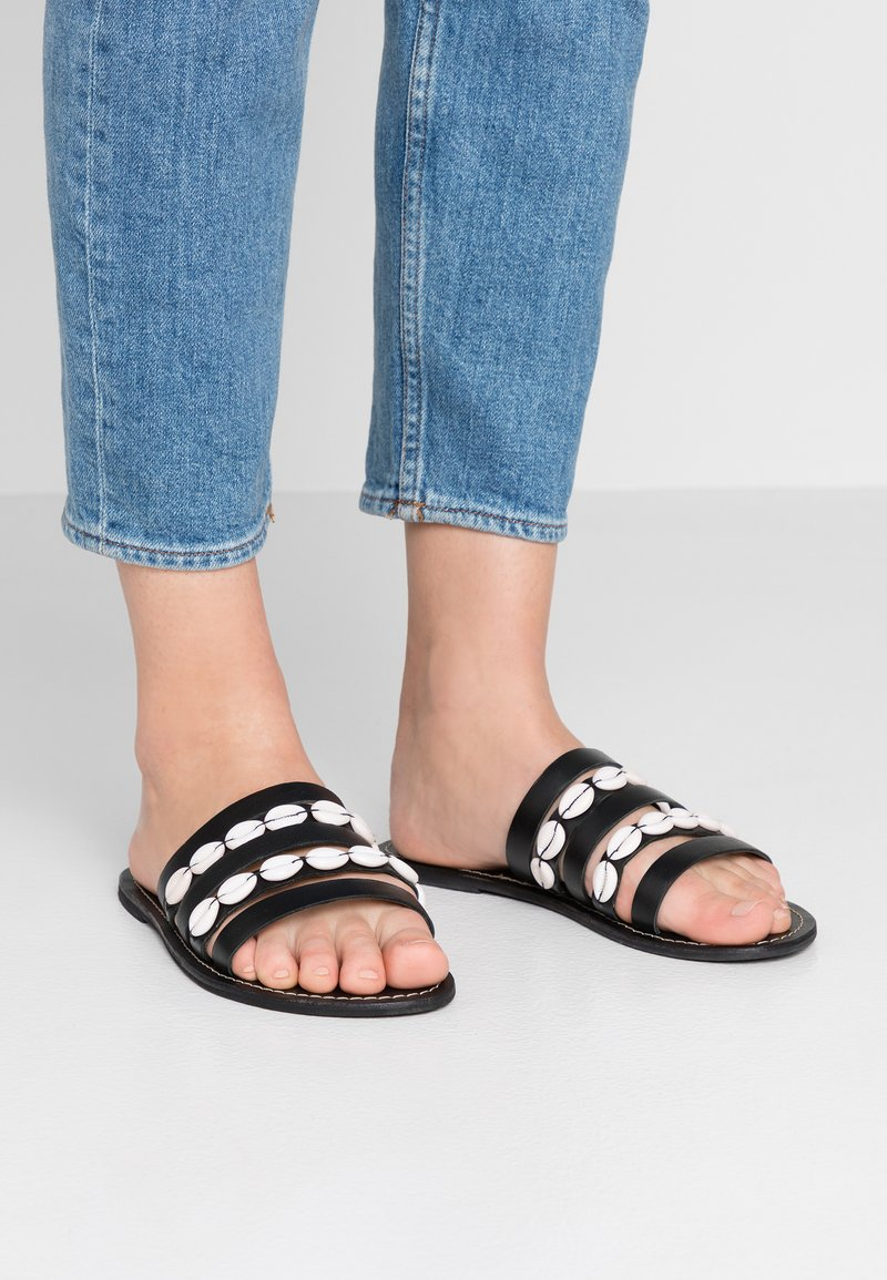 Warehouse - SHELL MULTI STRAP  - Mules - black