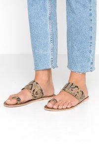 Warehouse - TOE THONG MULE - Sandály s odděleným palcem - light brown - 0