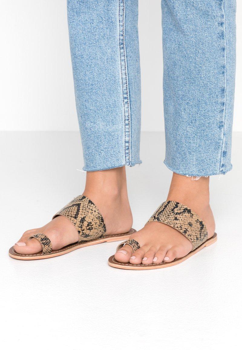 Warehouse - TOE THONG MULE - Sandály s odděleným palcem - light brown