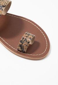 Warehouse - TOE THONG MULE - Sandály s odděleným palcem - light brown - 2