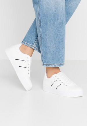 CLASSIC LACE UP TRAINER - Joggesko - white/nude
