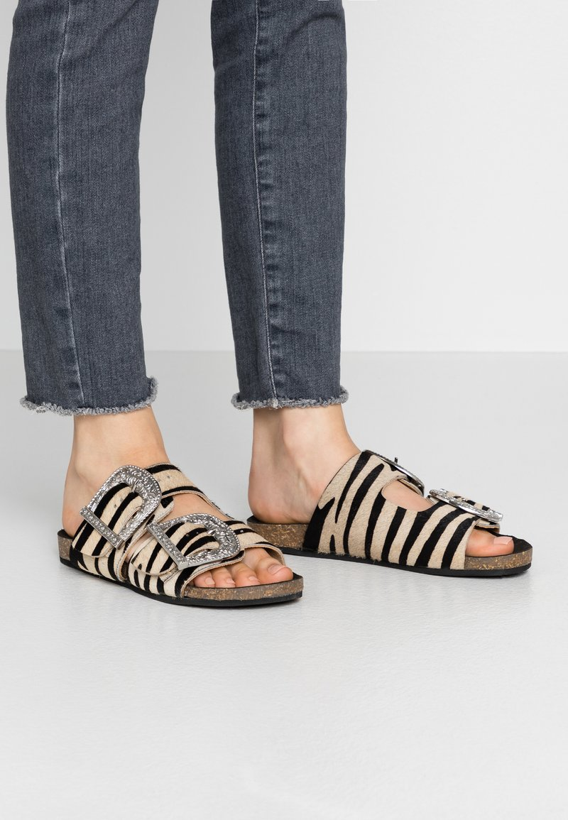 Warehouse - DOUBLE BUCKLE FOOTBED - Mules - white