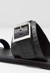 Warehouse - TOE THONG BUCKLE  - T-bar sandals - black - 2