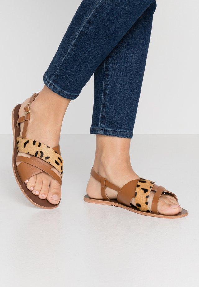 STRAP - Sandaalit nilkkaremmillä - brown