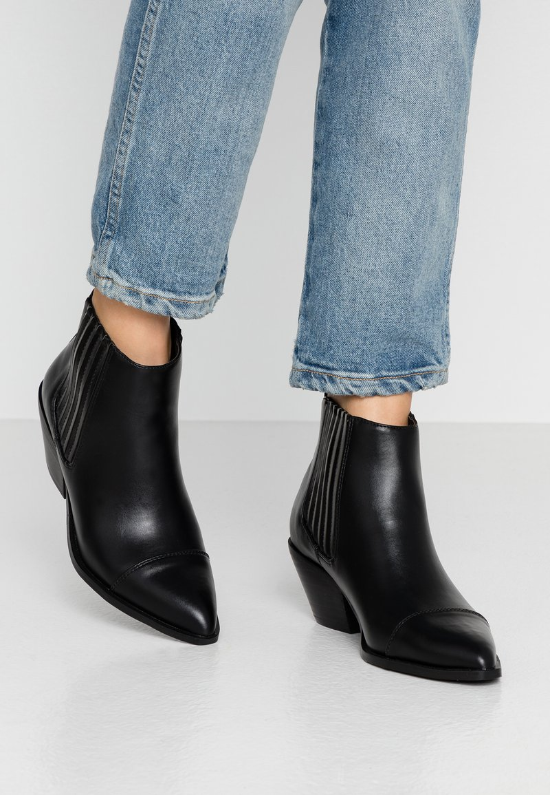 Warehouse - WESTERN - Ankle boots - black