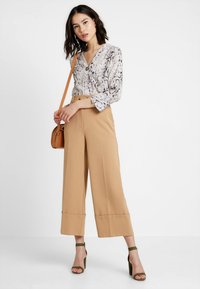 Warehouse - BUTTON TAB TROUSER - Broek - camel