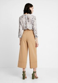 Warehouse - BUTTON TAB TROUSER - Kalhoty - camel - 2